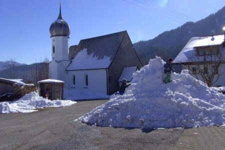 Schneehaufen vom Straßeräumen